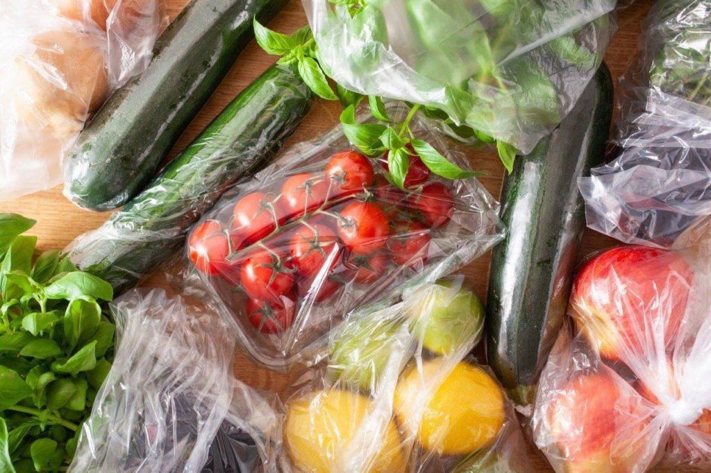 Frutas e verduras embaladas em plástico transparente