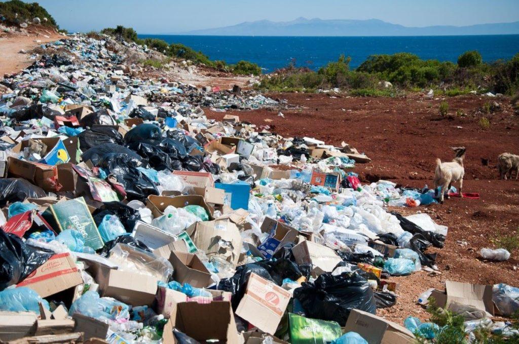 Lixo acumulado, desperdício recicláveis
