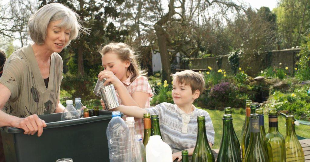 Separação de materiais para a reciclagem. Avós e crianças.