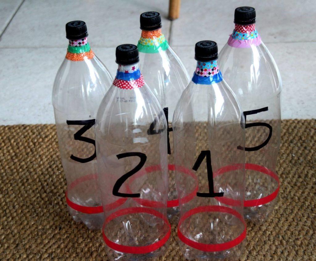 Boliche feito com pinos de garrafas PET numeradas